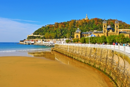 san sebastian: San Sebastian, Spain - November 15, 2012: La Concha Beach in San Sebastian, Spain. With an average length of 1,350 meters, it is one of the most famous urban beaches across the country Editorial