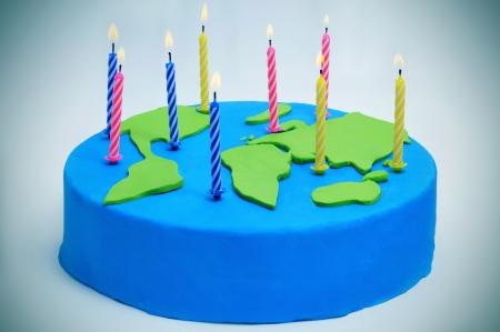 madre terra: una torta decorata come una mappa del mondo con le candele per la Giornata Internazionale della Madre Terra