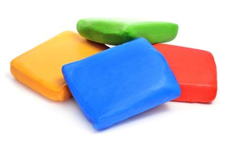 decoracion de pasteles: barras de pasta de azúcar rodada de diferentes colores sobre un fondo blanco Foto de archivo