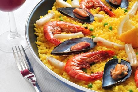 owoce morza: zbliżenie z typowym paella z Hiszpanii