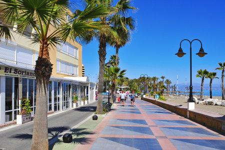 bathers: Torremolinos, Spagna - 13 marzo 2012: Ocean Front Walk e Bajondillo spiaggia di Torremolinos, Spagna. Questa famosa spiaggia � di circa 1.100 metri di lunghezza e 40 metri di larghezza media