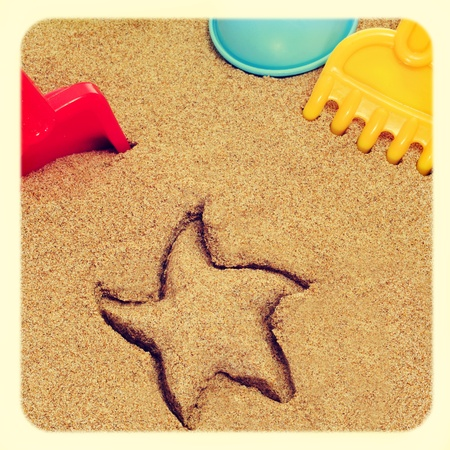 sand mold: image of a starfish-shaped mark in the sand, and shovels and rakes of different colors, with a retro effect