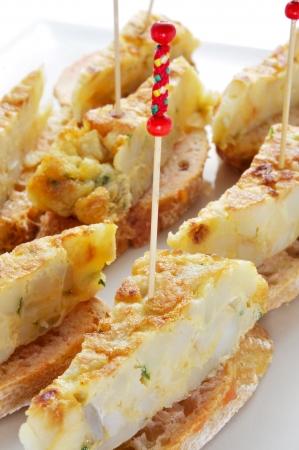 Primer plano de un plato t�pico espa�ol con pincho de tortilla espa�ola omelete servido en pan Foto de archivo - 20330369
