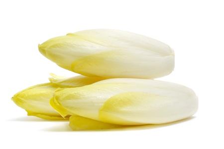 close-up van enkele Belgische witlof op een witte achtergrond