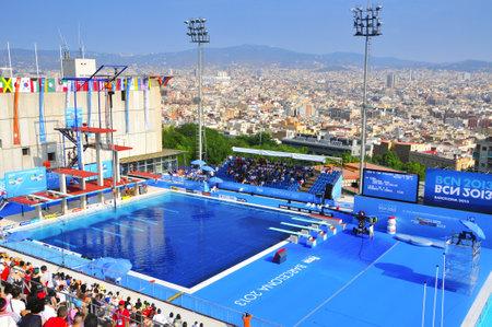 natation: Barcelona, ??España - 21 de julio: los hombres 10 m sincronizado ronda preliminar en el 2013 Campeonato Mundial de Natación en Barcelona, ??España. La Piscina Municipal de Montjuic celebró las pruebas de saltos