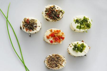 une plaque avec des canapés différents, avec de la crème de fromage et différentes épices, servi comme apéritif Banque d'images