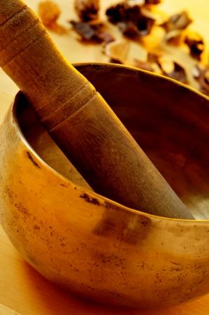 musicoterapia: primo piano di una ciotola di canto tibetano con il suo martello