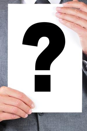 point d interrogation: un homme v�tu d'un costume tenant un panneau avec un point d'interrogation sur elle Banque d'images