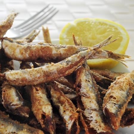 tapas españolas: un plato con un poco de español boquerones fritos, boquerones fritos típicos de España, sirvió como tapas Foto de archivo