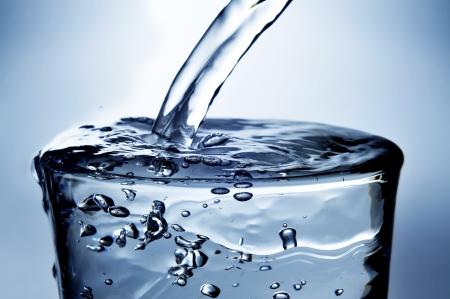agua purificada: primer plano de un refrescante vaso de agua Foto de archivo