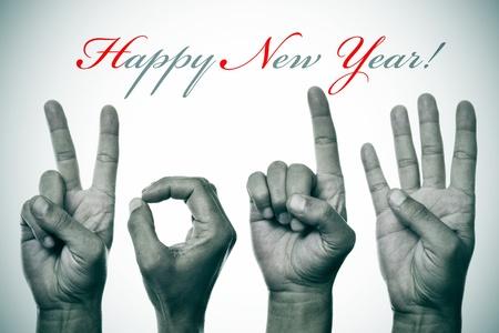 oracion: frase feliz a�o nuevo y las manos formando n�mero 2014 Foto de archivo