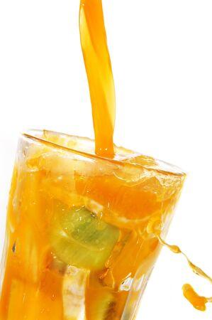 succo di frutta schizzi su un vetro su uno sfondo bianco
