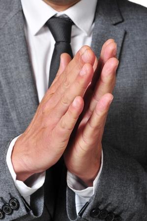 comunicacion no verbal: un hombre que llevaba un traje aplaudiendo