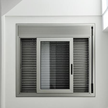 weergave van een aluminium schuifraam met een rolluik Stockfoto