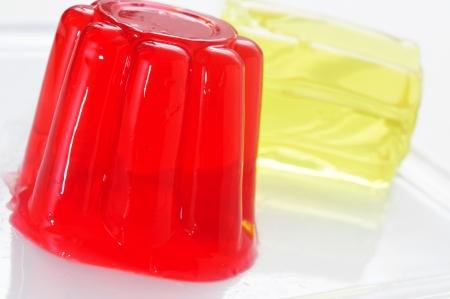 gelatina: Primer plano de una placa con postres de gelatina refrescantes de diferentes sabores y colores