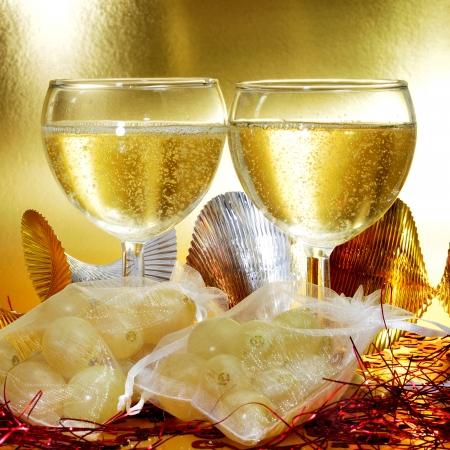 sachets: algunos vasos con champ�n espa�ol y bolsitas con las doce uvas de la suerte, tradicionales en el A�o Nuevo