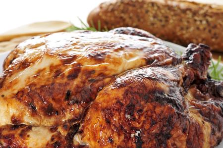 pollo rostizado: Primer plano de un pavo asado, servido en una mesa