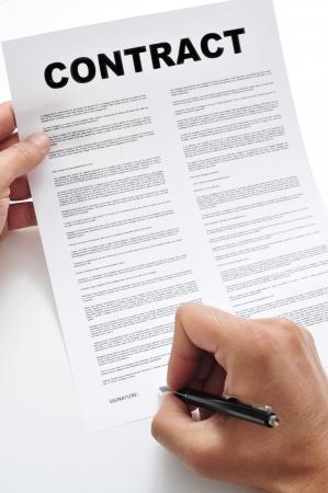 zakelijk: man ondertekening van een contract