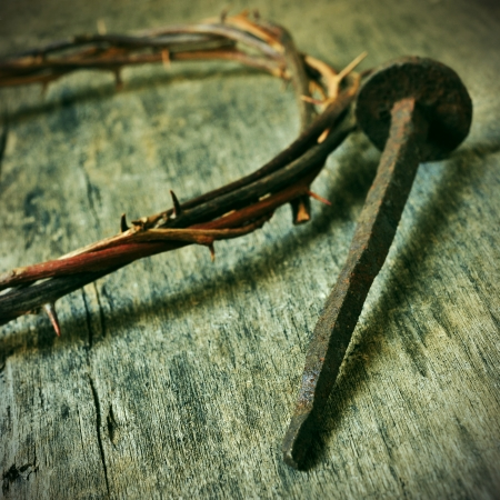 cruz de jesus: la corona de espinas de Jesucristo y un clavo en la Santa Cruz Foto de archivo
