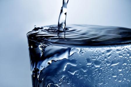 水のさわやかなガラスのクローズ アップ