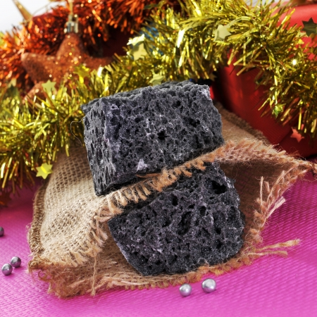 carbone: alcuni pezzi di caramelle carbone ed alcuni ornamenti natalizi e regali