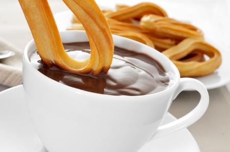 Churros de chocolate, una dulce merienda típica española Foto de archivo - 24759373