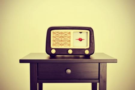 imagen de un receptor de radio antigua en un escritorio, con un efecto retro