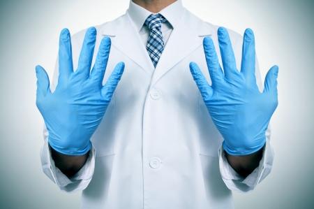 examenes de laboratorio: un médico que llevaba guantes azules médicos