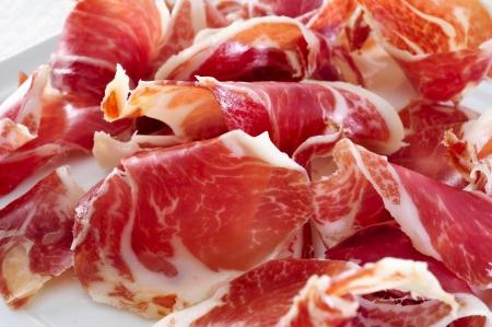 close-up van een plaat met spaanse serrano ham Stockfoto