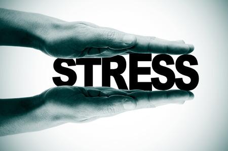 acoso laboral: hombre manos presionando la palabra estrés en blanco y negro