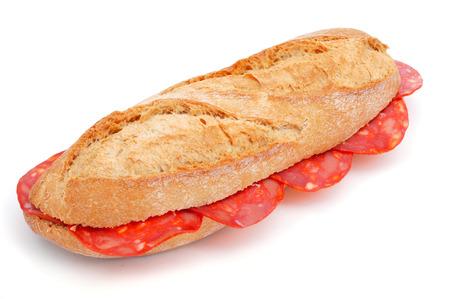 carnes: primer plano de un bocadillo de chorizo ??español, un sándwich de chorizo, sobre un fondo blanco