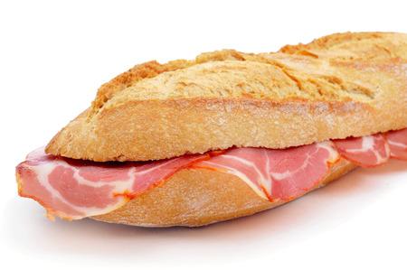 carnes: primer plano de un bocadillo de lomo embuchado español, un sándwich con embutidos de carne de cerdo, sobre un fondo blanco