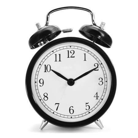 despertador: un reloj de alarma mecánica típica sobre un fondo blanco