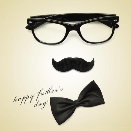 padres: condenar a padres día y gafas, bigote feliz y pajarita que forma una cara hombre en un beige, con un efecto retro Foto de archivo