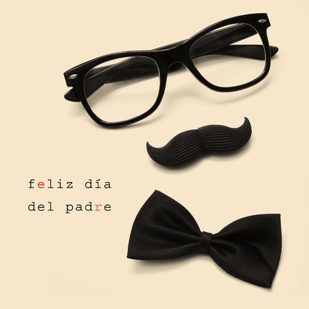 padres: sentenciar feliz dia del padre, día de padres feliz escrito en español, y las gafas, bigote y pajarita que forma una cara hombre en un color beige Foto de archivo