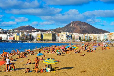 bathers: LAS PALMAS, Spagna - 13 OTTOBRE: Bagnanti in spiaggia di Las Canteras il 13 ottobre 2013, Las Palmas de Gran Canaria, Spagna. A causa del clima tropicale, la gente del posto pu� andare al mare quasi tutto l'anno