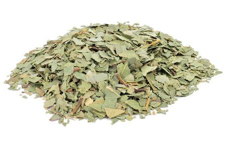 eucalipto aplastado hojas para preparar té de hierbas en un fondo blanco Foto de archivo