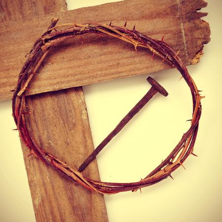 cruz de jesus: la corona de espinas de Jesucristo y la Santa Cruz, con un efecto retro Foto de archivo