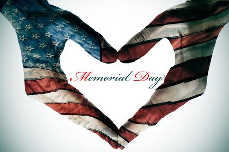 verenigde staten vlag: Memorial Day geschreven in de lege ruimte van een hart teken gemaakt met handen patroon met de kleuren en de sterren van de vlag van Verenigde Staten