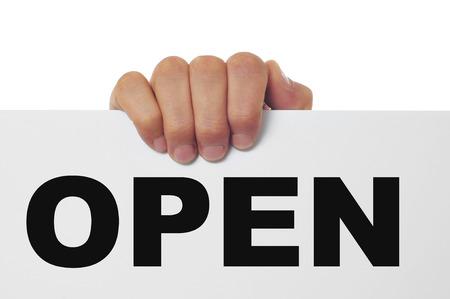 een man de hand houden van een bord met het woord openen geschreven erin