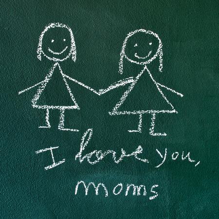 lesbienne: la phrase Je t'aime, mamans manuscrite à la craie dans un tableau, avec un dessin d'un couple de lesbiennes