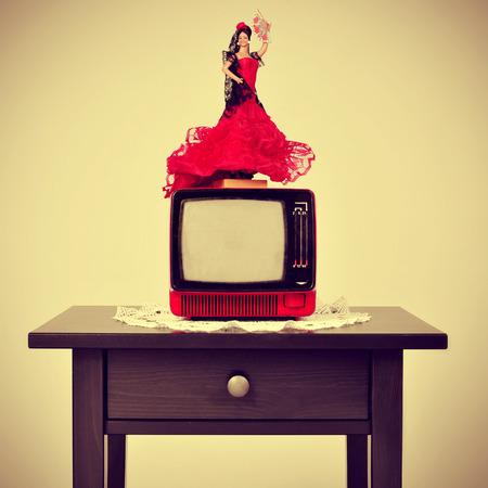 lunares rojos: una antigua sala español, con una muñeca flamenca en la parte superior de la televisión, con un efecto retro
