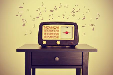 transistor: un receptor de radio antigua en un escritorio y notas musicales, con un efecto retro
