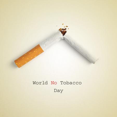la sentencia del Día Mundial Sin Tabaco y un cigarrillo roto sobre un fondo beige