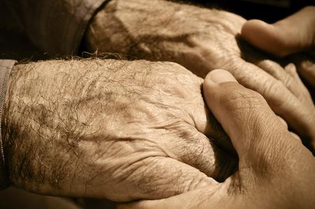 hombre joven con las manos de un anciano Foto de archivo