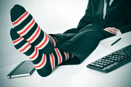 un hombre de negocios de relax en la oficina con los pies sobre el escritorio