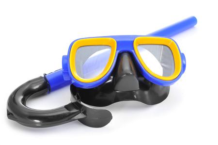 close-up van een blauwe, gele en zwarte duikbril en een snorkel op een witte achtergrond Stockfoto
