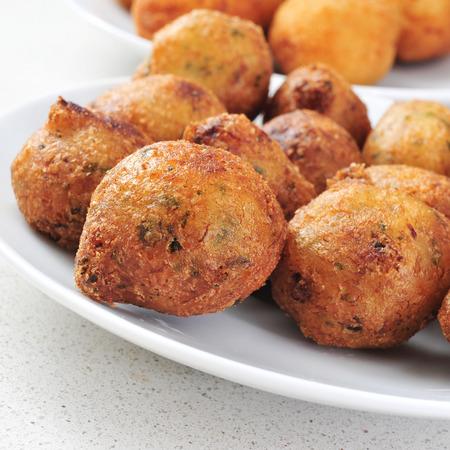 Nahaufnahme von einem Teller mit Bunuelos de Bacalao, spanisch Kabeljau Krapfen