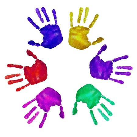 identidad cultural: huellas de las manos de diferentes colores sobre un fondo blanco Foto de archivo
