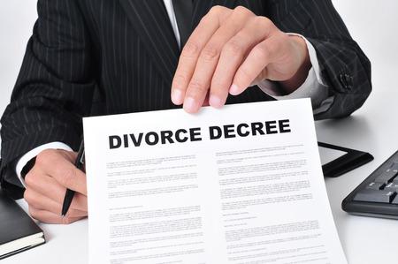 divorcio: Primer plano de un abogado que se sienta en su escritorio que muestra una sentencia de divorcio